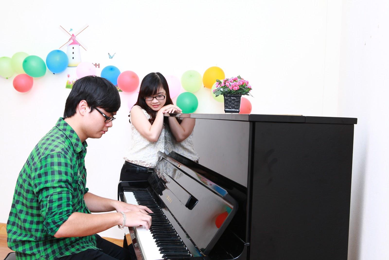 người lớn học đàn piano