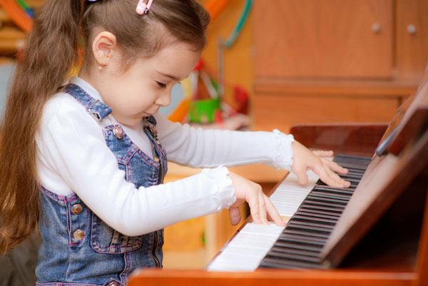 Kết quả hình ảnh cho bé học đàn piano
